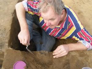 Anne ten brink aan het werk tijdens de opgraving bij Emmen