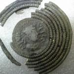 fibula met portret van Lodewijk de Vrome en op de keerzijde een kruis met een tekst over Karel de Kale
