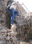 De klim naar de Gerger Kalesi is mooizaam, soms moet een opstapje gemaakt worden. Anne ten Brink zwetend naar de top.