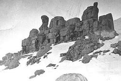 Tot 1968 stond het beeld van Kommagene op het Oostterras van de Nemrud nog fier overeind.