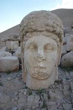 Het gehavende gezicht vab Godin Kommagene op het Westterras van de Nemrud.