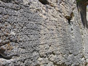 De NOMOS van Antiochos I gehouwen in de rotsen op Gerger Kalesi.