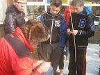 """""""Verteller van het Oude"""" tijdens het maken van pijlpunten met leerlingen van een basisschool."""