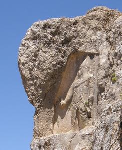 Koning Samos II, grootvader van Antiochos Theos van Kommagene, uitgehouwen in een rots op Gerger Kalesi.