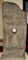 temenos reliëf, Koning Antiochos schudt de hand van Herakles. Het gat in het midden is ontstaan door hergebruik. De stele was tot haar herontdekking in gebruik als oliepers!!