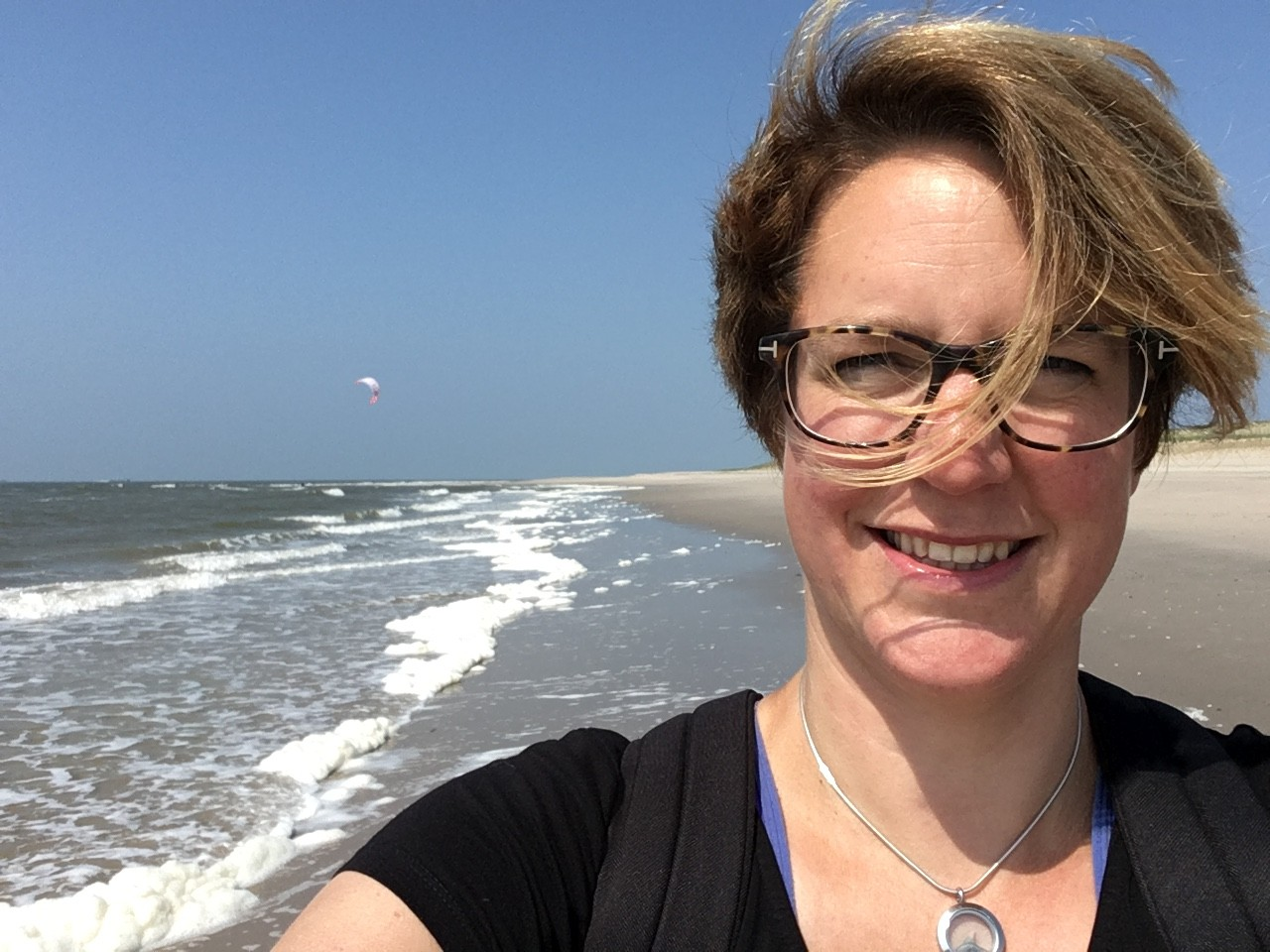 Hester Loeff, op stap langs haar favoriete stukje strand.