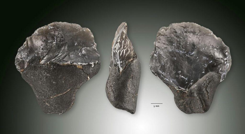 Neanderthaler artefact van de zandmotor van drie zijden gefotofrafeerd.