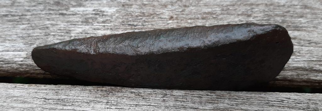 Een centimeter dikke bronzen bijl van Johan Oldenhuizing